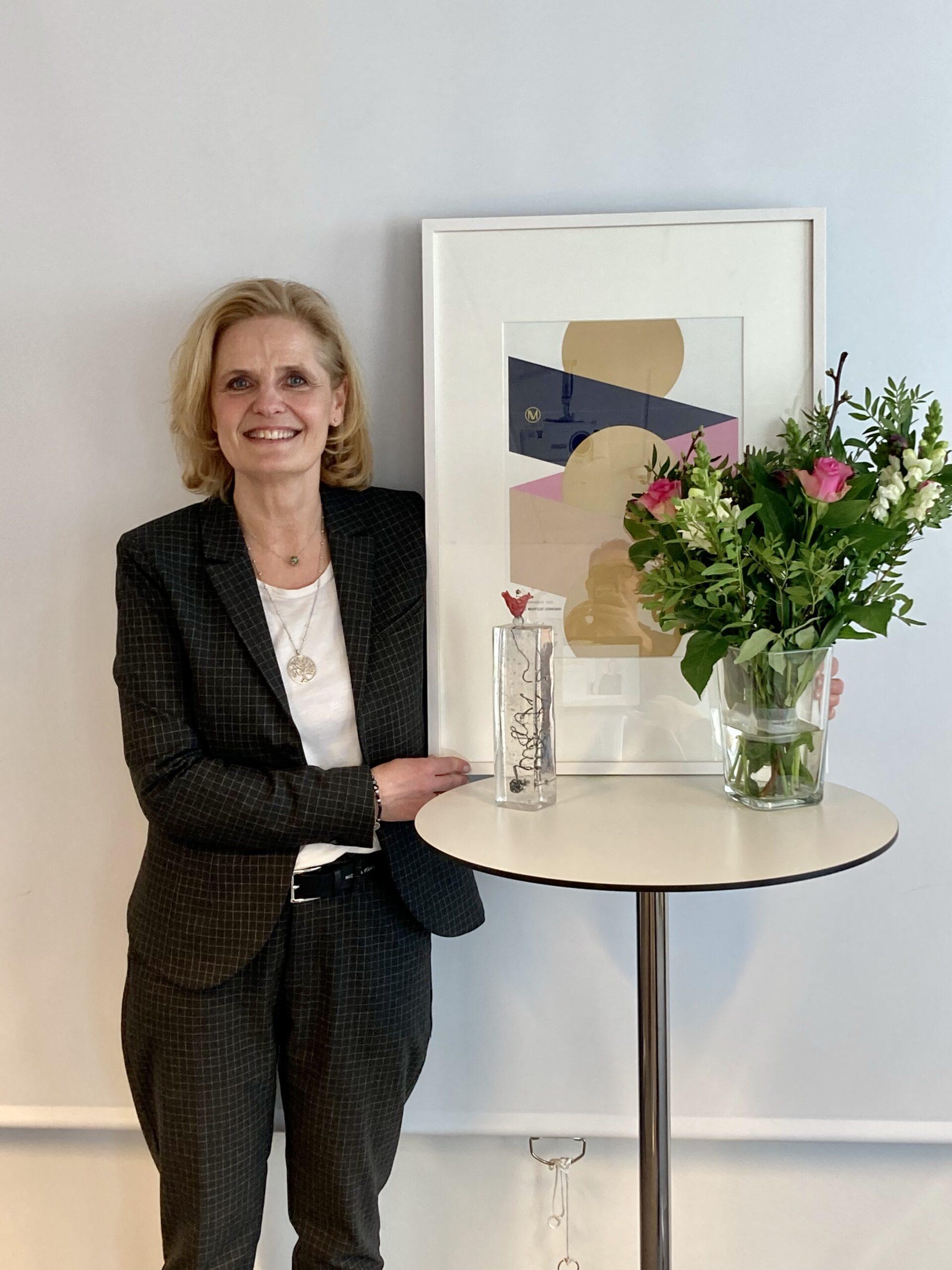 Maria Pihl-stipendiat med diplom och glaskonstverk
